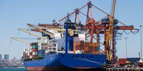 Containerschiff im Hafen wird beladen