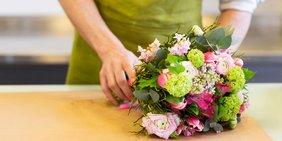 Florsitin die einen Blumenstrauß bindet