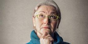 Ältere Dame schaut skeptisch