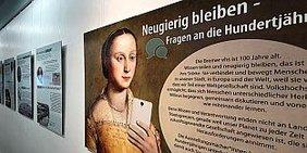 Ausstellungselement mit Frau - Die Hundertjährige