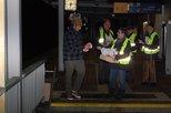Kreisverbandsmitglieder verteilen am Bahnhof in Stade Informationsmaterial