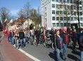 Demonstrierende Menschen laufen zum Kundgebungsort